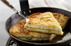 Η πιο εύκολη τυρόπιτα στο τηγάνι έτοιμη στο άψε σβήσε - Γεύση & Συνταγές - Athens magazine
