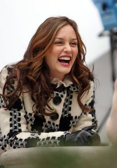 """Leighton Meester Photos - The predominantly female stars of """"Gossip Girl"""" film scenes on the Upper East Side. - """"Gossip"""" girls on set Gossip Girls, Estilo Gossip Girl, Gossip Girl Blair, Gossip Girl Outfits, Pelo Blair Waldorf, Blair Waldorf Outfits, Blair Waldorf Style, Blair Waldorf Aesthetic, Tv Actress Images"""
