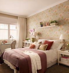Habitación juvenil  El escritorio de cristal es de Better & Best. Cojín rosa de punto, plantas y maceteros, todo en Fronda.
