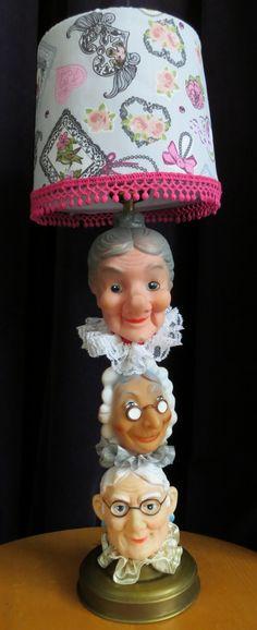 Mijn 'Oude-Wijven-Lampje' voor mijn moeder die 70 jaar werd. Als gekkigheidje voor haar geknutseld, juist omdat ik haar niet als 'Oud Wijfje' zie! Bij de Kringloop poppenkastpoppen en een lampje gekocht. Nieuw lapje stof voor het kapje met bijpassend randje. 'Prinsessen- en Boevenvanger-lampjes' zijn ook al in de maak!