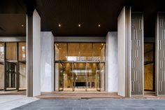 Baan Plai Haad is a sea-side condominium in Pattaya by Sansiri. TROP design the landscape. Steven J. + Asso ciates Limited (SL+A) is the architect. Entrance Design, Facade Design, Wall Design, Retail Facade, Facade Lighting, Building Exterior, Facade Architecture, Condominium, Ciel