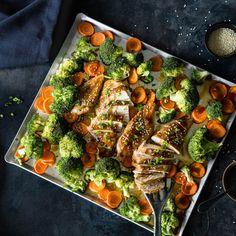 Hier kommen Teriyaki Hähnchen, Brokkoli und Möhren zusammen und verschwinden im Ofen - für ein köstliches Gericht, alles von einem Blech!