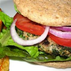 Spinach and Feta Turkey Burgers These are a big hit in the summertime when everyone is tired of the same old hamburgers and hot dogs. Serve with or without buns and your favorite condiments. I like to serve these with lettuce, tomato, and Tzatziki sauce. Turkey Burger Recipes, Turkey Burgers, Big Burgers, Great Recipes, Dinner Recipes, Favorite Recipes, Entree Recipes, Sauce Tzatziki, Spinach And Feta