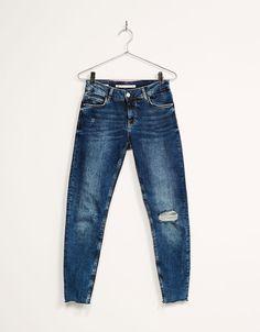 Jeans skinny medium rise rotos y bajos cortados. Descubre ésta y muchas otras prendas en Bershka con nuevos productos cada semana