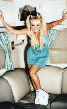 1990 'Baby Spice' in de kleding waar ze bekend om stond. Glamour (2013). 90's Fashion & Icons. Opgeroepen op april 5, 2015 van Glamour: http://www.glamourmagazine.co.uk/fashion/celebrity-fashion/2013/07/childhood-fashion-icons-cher-clueless-jasmine-spice-girls