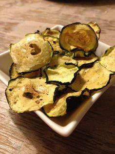 Courgette chips - gezonde snack. Leg plakjes (licht gezouten) courgette op bakplaat met bakpapier. Plakjes mogen niet overlappen. Bak chips op 100° (30 min), draai de chips na 15 min eens om.