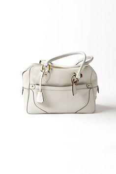 白いバッグは着こなしをさりげなくトーンアップしたいときによく使います。私の好みで、ネイビーやベージュに合わせる事が多いかも。ボストンタイプで容量もたっぷり。