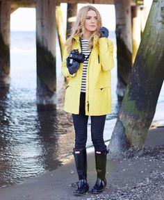 Los impermeables amarillos consiguen un look navy ideal para los días de lluvia.