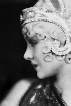 Myrna Loy ~ old hollywood glamour Looks Vintage, Vintage Love, Vintage Ladies, Retro Vintage, Vintage Curls, Wedding Vintage, Retro Curls, Vintage Sweets, 1920s Wedding