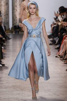 The complete Elie Saab Spring 2017 Couture fashion show now on Vogue Runway. Fashion 2017, Love Fashion, Runway Fashion, Fashion Beauty, Fashion Show, Luxury Fashion, High Fashion Outfits, Versace Fashion, Stylish Outfits