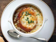 SOPA DE CEBOLA GRATINADA. - 2 colheres (sopa) de manteiga; - 5 cebolas médias em pedaços; - 1 colher (sopa) de açúcar; - 1 envelope de sopa de cebola; - 2 pães franceses amanhecidos em pedaços; - 2 xícaras (chá) de queijo prato ralado; - 2 xícaras (chá) de queijo parmesão ralado.    1 - Em uma panela,