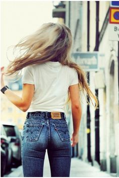 high waisted denim and white tees. Looks Chic, Looks Style, Style Me, 70s Style, Girl Style, Classic Style, Grunge Fashion, Look Fashion, Womens Fashion