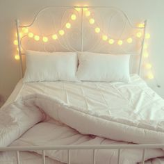 Rooms house interior designs white beds comfy lights in bed My New Room, Dream Bedroom, Bedroom Romantic, Apartment Living, Decoration, Home Interior Design, Living Spaces, Pillow Cases, Bedroom Decor