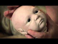 Brit Klinger fertigt lebensecht wirkende Babys aus einem Klotz Modelliermasse. In diesem Video erklärt Sie, wie das funktioniert. Wenn auch Sie eine Fähigkei...