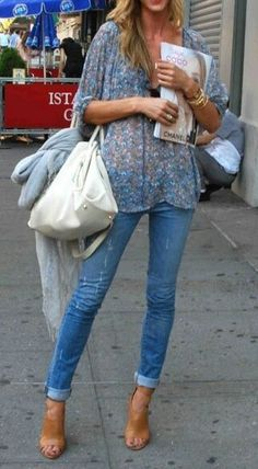 Patterned shirt. Skinny blue jeans. Casual look.