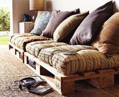 Sofá Baixo - O pallet com futon já é uma combinação clássica e confortável que dá para incluir na sala de TV, de estar, no quarto, em qualquer espaço que você deseja criar um clima aconchegante.