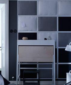 Eine selbst gebastelte schallgedämmte Wand aus bespannten RIBBA Bilderrahmen dämpft den Geräuschpegel im Raum. Durch die kühlen grau- und dunklen Blautöne der Wand wirkt das Schlafzimmer zusätzlich ruhiger.