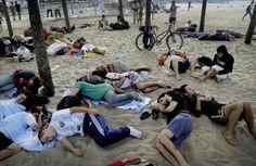 Aficionados argentinos duermen en la playa de Copacabana.