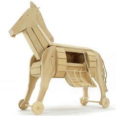 Cavalo de Tróia Ancient Troy, Ancient Greek, Wooden Model Kits, Trojan Horse, Greek Warrior, Apollo Box, Model Maker, Wooden Horse, Horse Crafts