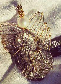 Nydelig englesmykke laget av glitrende stein fra stranda mi, swarovskikrystall, messing, ferskvannsperle og glassperler. Gullfarget kjede hører med♥ Brooch, Jewelry, Home Decor, Jewlery, Decoration Home, Jewerly, Room Decor, Brooches, Schmuck