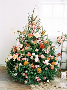 Our latest boho holiday decor obsession? Christmas trees covered in flowers! Dried flowers (and maybe a few faux blooms) are easy to decorate and total showstoppers. Get inspired with our favorite floral trees only on Green Wedding Shoes! Bohemian Christmas, Noel Christmas, Winter Christmas, Office Christmas, Whimsical Christmas, Modern Christmas, Scandinavian Christmas, Beautiful Christmas Trees, Flowers On Christmas Tree
