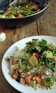 Arroz aromático con verduras, tal vez no suene a nada fuera de lo común, pero este plato es espectacular, los sabores están inspirados en la cocina tailandesa, las verduras son crujientes, respetando sus sabores y texturas y el arroz aromático permite disfrutar de los jugos que resultan de la cocción. Una mezcla maravillosa que da como resultado un plato que llena la panza y pone de buen humor.