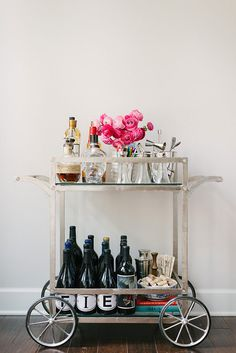 organize a bar cart It should be both functional and beautiful. Your bar cart serves a very distinct purpose, but it should also be a piece that you love looking at. 10 Tips for Styling a Bar Cart by Waiting on Martha Bar Cart Decor, Bar Cart Styling, Styling Tips, Ginger Ale Gin, Bar Deco, Cocktails Bar, Cocktail Recipes, Vintage Bar Carts, Outside Bars