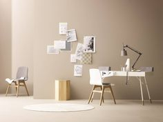 Scandinavian style office space with minimal design, simple white desk, simple white desk chair with wooden legs, rug, geometric side table and light brown walls. Cupertino Schreibtisch by BoConcept Germany GmbH