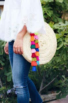 This season, tassels reign supreme, so why not make a creation of your own? The lovely ladies at HonestlyWTF put together a fitting DIY project that shows you how to make a tassel bag charm. Diy Tassel, Tassels, Ethno Style, Estilo Boho, Diy Craft Projects, Diy Fashion, Straw Bag, Creations, Knitting