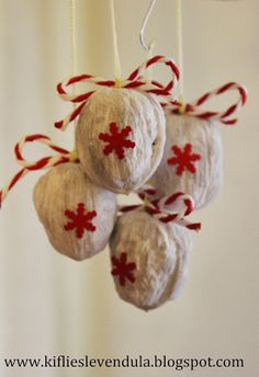 Christmas decorations with nuts (Giocabosco: creating with Gnomes and Fa .- Addobbi natalizi con noci (Giocabosco: creare con Gnomi e Fate) Christmas decorations with walnuts - Noel Christmas, Rustic Christmas, Christmas Projects, Christmas Tree Ornaments, Holiday Crafts, Dyi Crafts, Crafts For Kids, Diy Bonitos, Walnut Shell Crafts