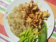 Julis Abendessen: Kohlrabi aus dem eigenen Garten, Blumenkohl aus dem Ofen und Salat zur Deko - sehr lecker!