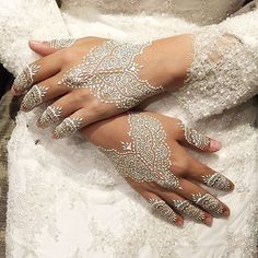 Complex bride White Henna from Faizahalim. White henna is very d . Henna Hand Designs, Mehandi Designs, Henna Tattoo Designs, Mehndi Tattoo, Henna Mehndi, Henna Art, Henna Tattoos, Paisley Tattoos, Henna Mandala