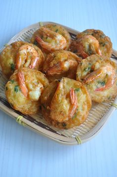 Prawn Fritters - crunchy and crispy on the outside and tender on the inside. These are the perfect easy party snack Prawn Recipes, Seafood Recipes, Asian Recipes, Appetizer Recipes, Cooking Recipes, Fried Shrimp Recipes, Appetizers, Fatayer, Prawn Fritters