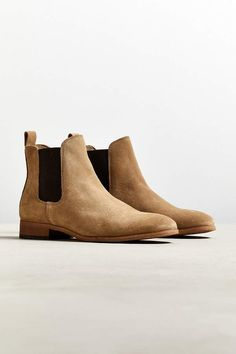 The latest celebrity fashion street style trends for casual boots with jeans. Outfits include tan suede chelsea boots, black lace-up desert boots, grey suede chukka boots, brown rugged leather boots, leather zip boots and more. Tan Chelsea Boots, Chelsea Boots Outfit, Chelsea Shoes, Beige Ankle Boots, Ankle Boots Men, Men's Shoes, Shoe Boots, Dress Shoes, Flat Boots