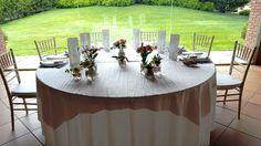 Manteles blancos, #decoración con toques de rosa cuarzo, sillas #tiffany... así de bonito lucía el salón Sant Esteve el pasado sábado en la #boda de S&A. #FelizLunes #mesapresidencial #rosacuarzo