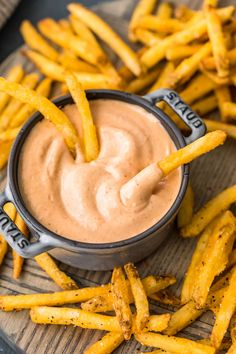 Fries in fry sauce – spicy dipping sauce. Also try on onion rings. Fries in fry sauce – spicy dipping sauce. Also try on onion rings. Wok Sauce, Spicy Sauce, Homemade Sour Cream, Homemade Sauce, Onion Rings Dipping Sauce, Dipping Sauces, Fried Pickle Dipping Sauce, Sweet Potato Fries Dipping Sauce Recipe, Sauce For Fries