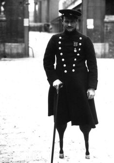WWI Jean-Marie Caujolle, the first French disabled person of the First World War, with prosthetic legs Triple Entente, World War One, First World, Jean Marie, Vintage Photos, Old Photos, Military History, Military Photos, Vietnam War