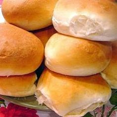 Hamburger Buns Soft-N-Fluffy Hamburger Buns Recipe Made came out great but buns were huge!Soft-N-Fluffy Hamburger Buns Recipe Made came out great but buns were huge! Homemade Hamburger Buns, Homemade Hamburgers, Fluffy Buns Recipe, Bread Machine Hamburger Bun Recipe, Sandwich Buns Recipe, Vegan Hamburger Buns, Homemade Buns, Hamburger Recipes, Gastronomia