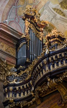 Peterskirche: Organ - Vienna, Austria Beautiful looking instrument... would love to hear its beautiful sounds...