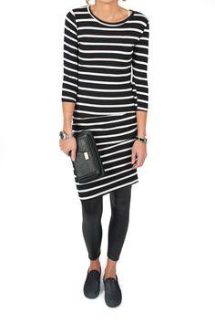 Fris, fruitig en altijd goed. Dit jurkje met Bretonse streep past efforless in je kast want je kan het bijna altijd dragen. Overdag met een denim jack, legging en sneakers. In de avond met een paar goede hakken en een clutch! Het jurkje is van mooi