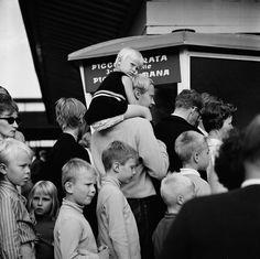 Linnanmäen huvipuisto   Bonin Volker von 1.8.1968—31.8.1968   Helsingin kaupunginmuseo   Linnanmäen huvipuisto. Lapsia jonottamassa laitteisiin. -- negatiivi, filmi, mv