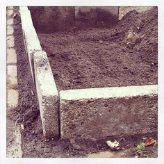"""@onzesuus's photo: """"Moestuinbak maken van oude stoeptegels.  #moestuin #hergebruik #recycle #groenten #biologisch #kweken"""""""