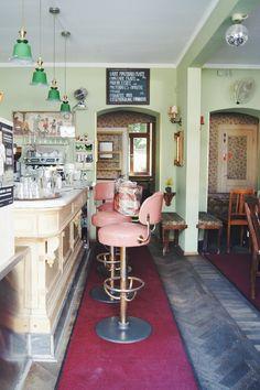 Jetzt komme ich endlich mal dazu, ein Foto von einem meiner Liebsten Cafés, bzw. Bars zu posten (heute bekommt ihr alles ab :D). Das ist jedenfalls das Hoover&Floyd, Schmuckstückchen in der Ickstattstraße München. Solltet ihr euch mal im Glockenbachviertel rumtreiben, schaut unbedingt rein. So hübsch eingerichtet und lecker Kaffee, hausgemachter Kuchen (alle suuuuperlecker), Sanwiches, Tageskarte, Wein, ... alles was das Herz begehrt eben (: