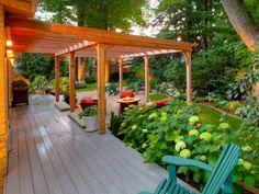 pergola en bois, adossée à une maison en bois, pergola contemporaine, cernée de…