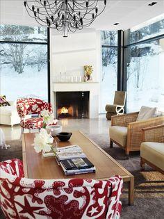 Det nya vardagsrummet med glasade väggar och golv i gotländsk kalksten. Bord, rottingfåtöljer och v...