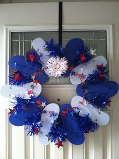 Add a splash of color to your home with a creative flip flop wreath on your door when summer is coming. Patriotic Wreath, Patriotic Crafts, July Crafts, Summer Crafts, 4th Of July Wreath, Summer Diy, Flip Flops Diy, Flip Flop Craft, Wreath Crafts