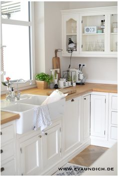 Shaker cabinets, oak, white, subway tile