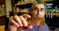 Brian Feldman, um dos investigadores da Universidade de Stanford, segura o microchip
