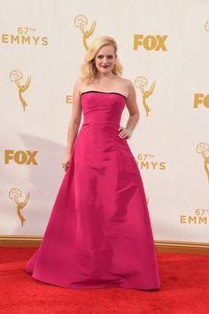 Pin for Later: Toutes les Plus Belles Tenues Vues sur le Tapis Rouge des Emmy Awards Elisabeth Moss Dans une robe Oscar de la Renta.
