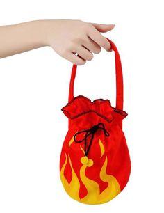 Bolso diablesa Halloween: Este bolso de diablo es de color rojo.Tiene llamas dibujadas en amarillo y naraja.El bolso se cierra con una goma y lazos negros.Mide alrededor de 16,5 cm y el asa mide 15 cm de altura.Este accesorio...
